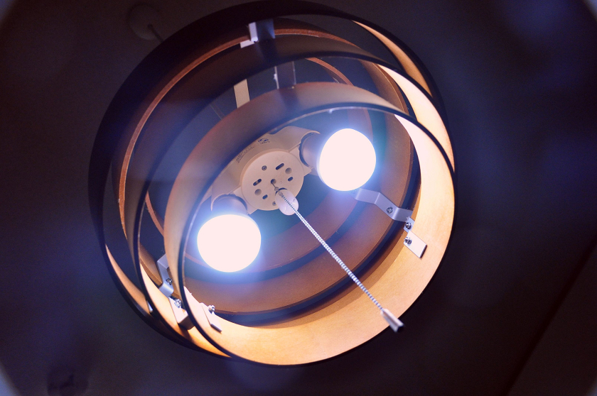 今まで使用していたLED電球は、のぞき込むとまぶしく感じる