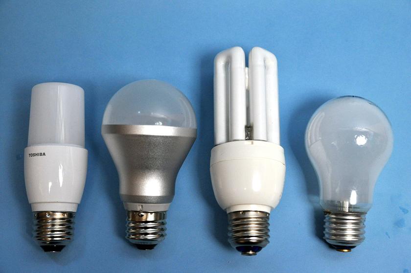 左からT形7.4W、LED電球LDA6N/3、蛍光ランプ、白熱球。比較してみると小ささがわかる