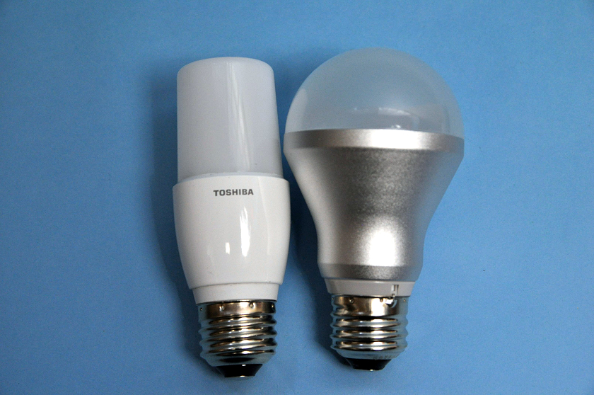 T形7.4WとLED電球LDA6N/3の全長はほぼ同じ
