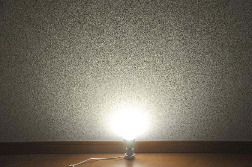 一般的なLED電球は、このように光る角度は狭いが、遠くまで光が届く
