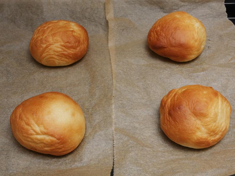 下段のパン。上段に比べシワができてしまっているのは、2次発酵の撮影をしたあとで、筆者が撮影のため触ってしまったため。焦げ目は上段と同様についている