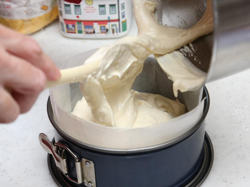 18cmのケーキ型に生地を流し込む。レシピには21cmまでの分量も記載されているが、庫内が広いので特大のケーキも焼けそうだ