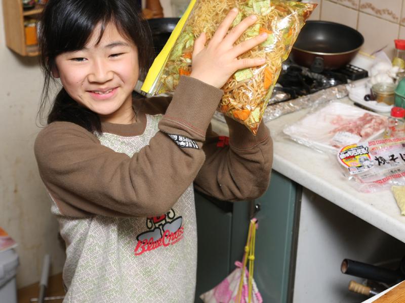 ジップロックに麺と野菜と粉末ソースを入れてよく振る。なんだか子ども用のクッキング・トイで作ってる感じ