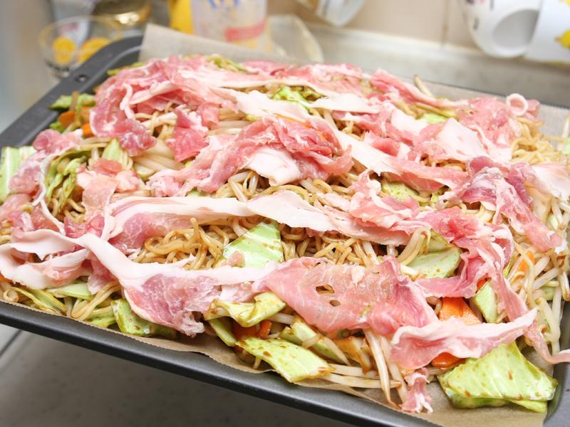 粉末ソースは意外にもきれいに麺と野菜に絡んでいる。その上に肉を乗せて準備ヨシ!
