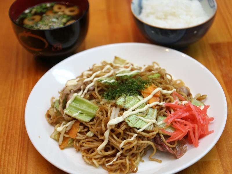 関西風の炭水化物定食のできあがり!  見て分かる通り、一切ベトつかず、屋台のあの焼きソバができて超ウマイ!