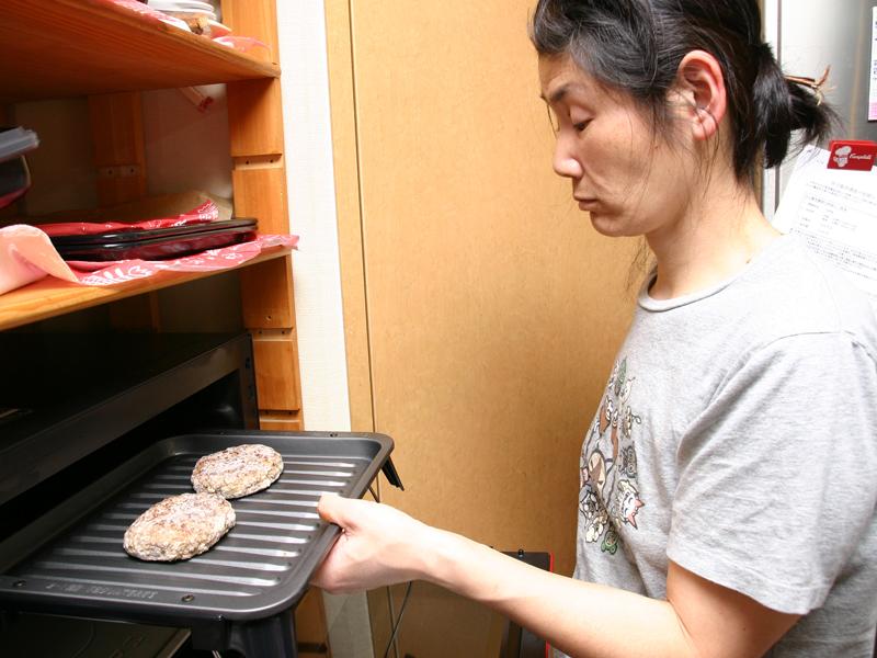 緊急用の食材として冷凍ハンバーグはいつも冷凍庫に準備しているウチ。ホームフリージングしたハンバーグでもOKだ