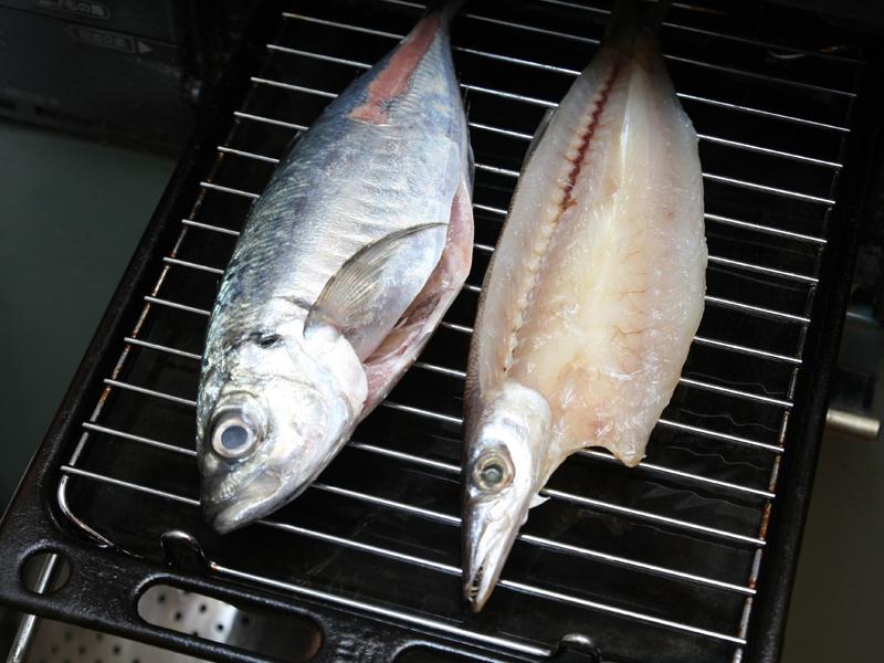 味比べするのはガス台の魚焼きグリル。手早く焼きあがるが一度に2匹しか焼けないので、ファミリーなら調理時間はレンジと互角