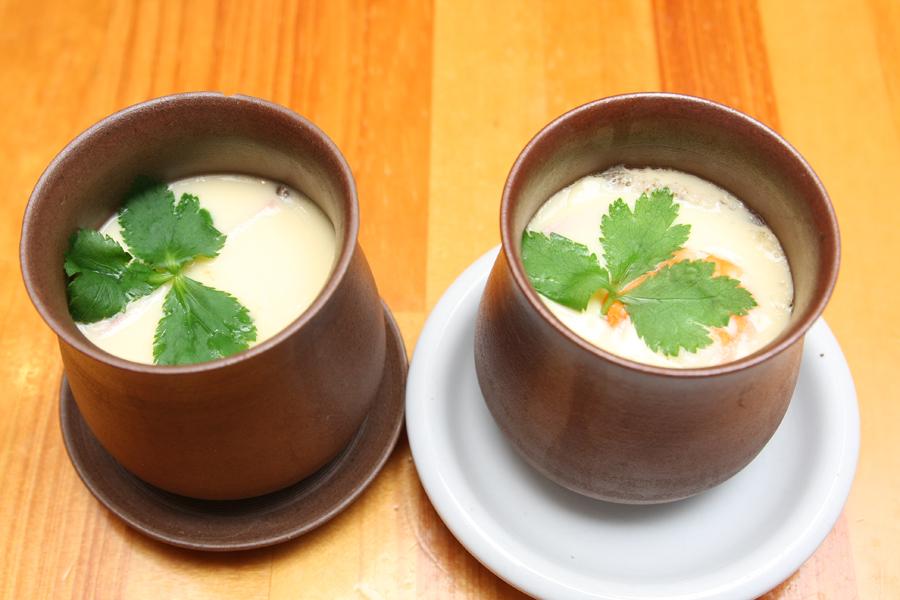 次回は電子レンジが苦手とする茶碗蒸しを作ってみる。どちらが蒸し器で、どちらがレンジで作ったか分かりますか?