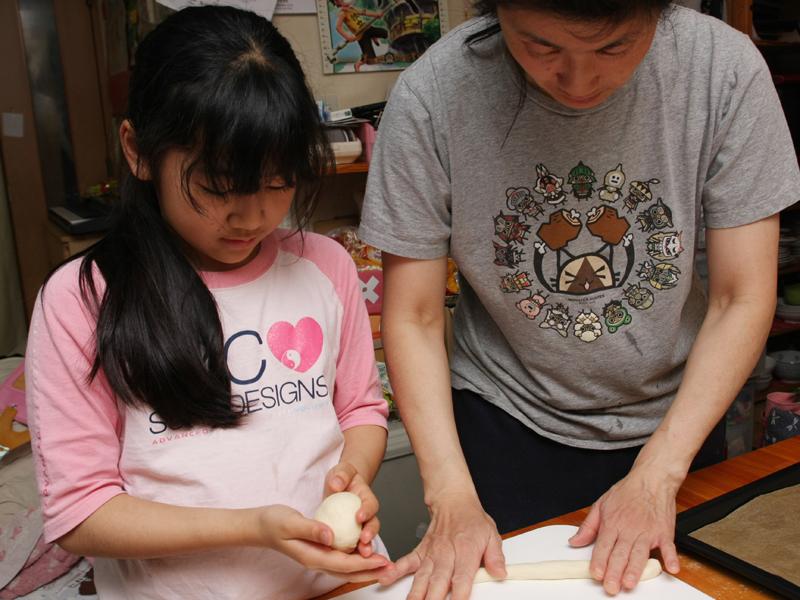 さすがパン屋の奥さん! 両手で2個同時にこねるというワザを見せてくれた。が! 子どもからは、2つもやってズルーイ! とブーイング