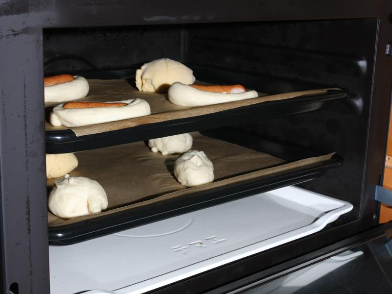 金属のトレイに乗せて2次発酵。今度はレンジでなくスチームオーブン発酵を使う