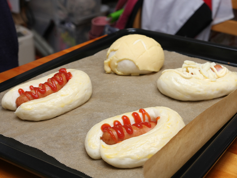 2次発酵を終えると、ほぼ完成形の大きさまで膨らむ。って、このソーセージのパン、店で見たことあるヤツじゃん(笑)