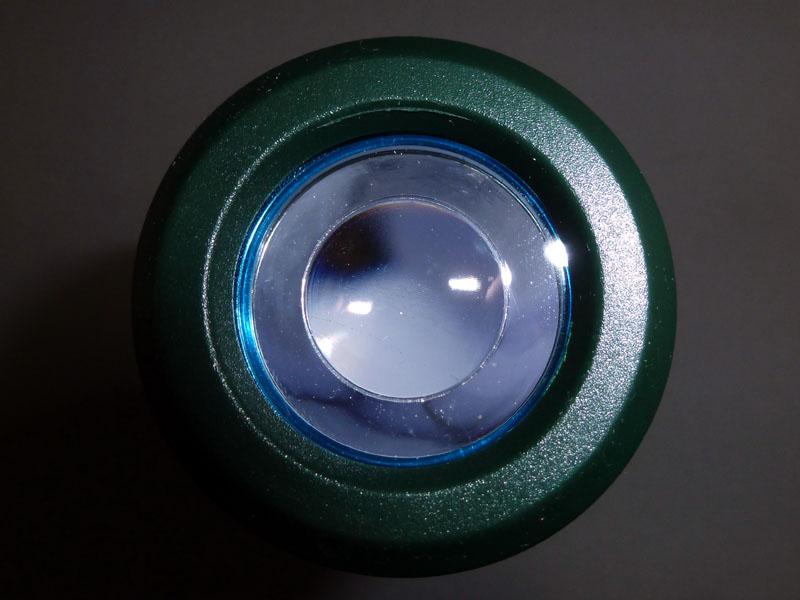 レンズは中央部が集光し、周囲が散光するタイプ