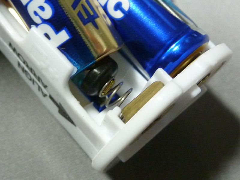 乾電池のプラス端子の突起がちょうどハマる
