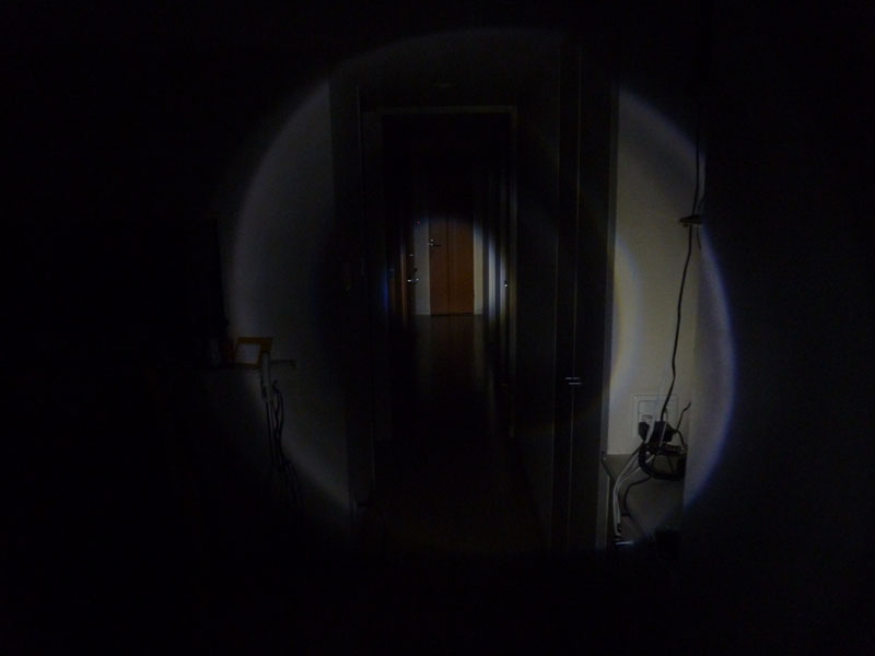 廊下の端から照らしたところ、中央部の光は遠くまで届くが、その周囲が暗くなり、さらに外側に輪がある