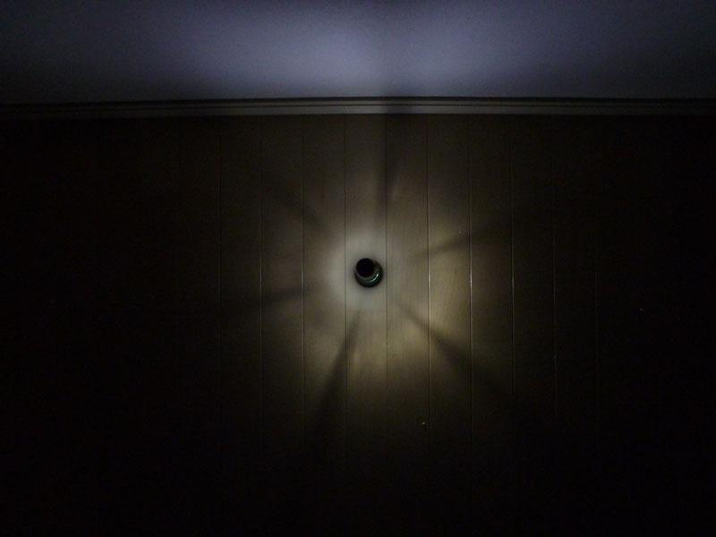 ランタンの光は全方位を照らす。光が真横に出るので、床よりも白い壁が照らされている