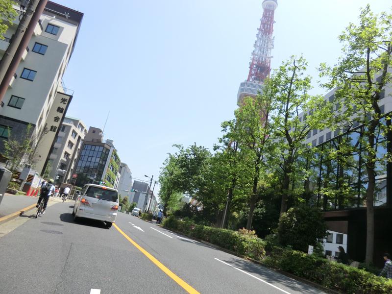飯倉の交差点は急な下りから東京タワー方面へ一気に上る。信号が青なことを確かめて、その勢いを使って上りたい