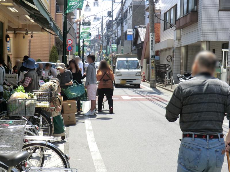車と多くの歩行者が行き交う商店街。おばちゃんたちは買い物に夢中で自転車の存在など気にも留めない。だからこそ安全運転が必要
