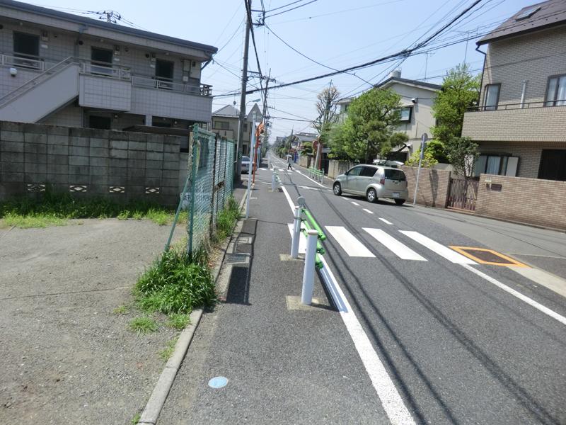 まず走ったのは閑静な住宅街。裏道などとして使われる道も。細い道なども多く、曲がり角もたくさん