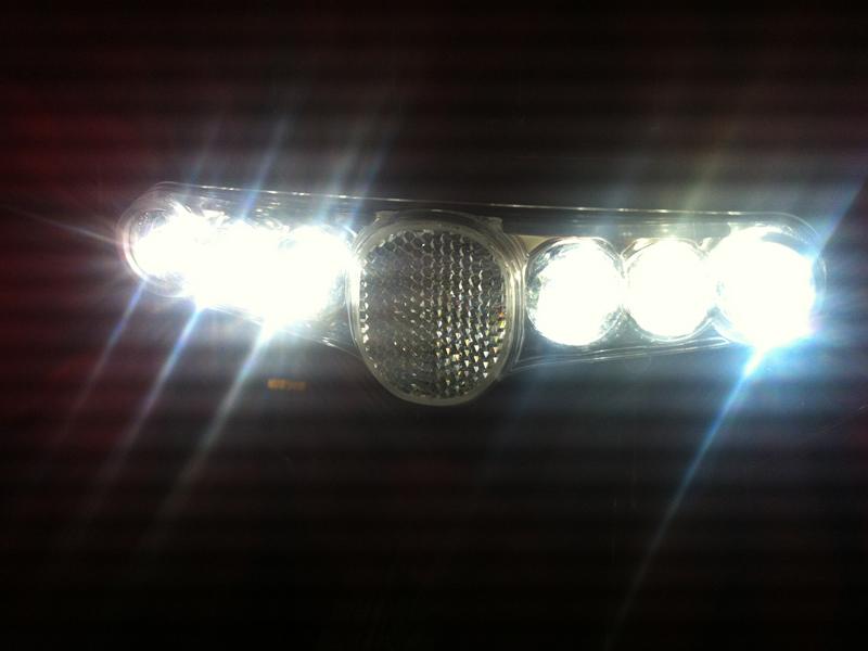 トンネル内は下り坂。センサー感知により自動でライトが点灯する
