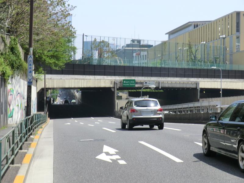 青山トンネル。首都高速3号線と六本木通りが潜っている