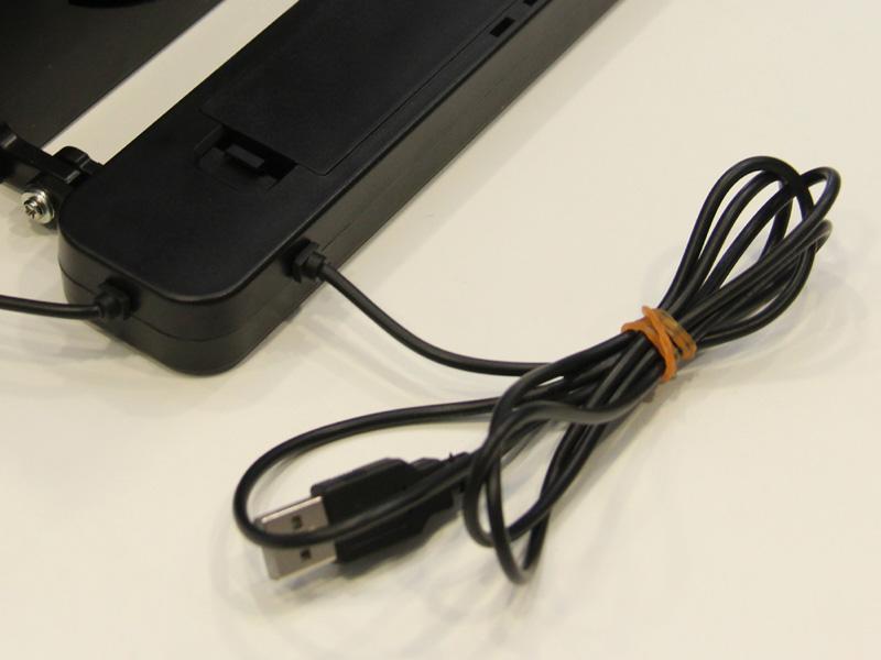 乾電池使用時でも、USBケーブルは取り外せない。一応、輪ゴムで縛っているが、これはスマートじゃない