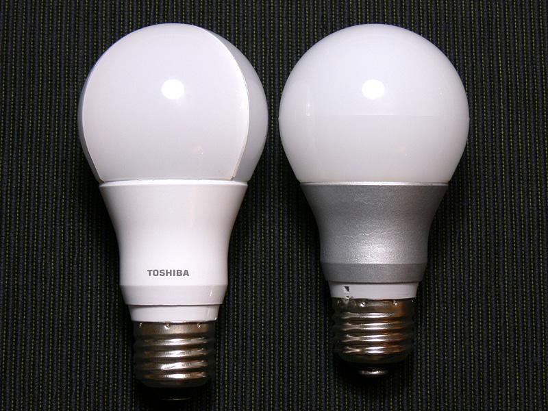 485lmの「LDA8L-G」(右)と比較すると、背は7mm高いが、電球のシルエットの印象は大きく変わらない