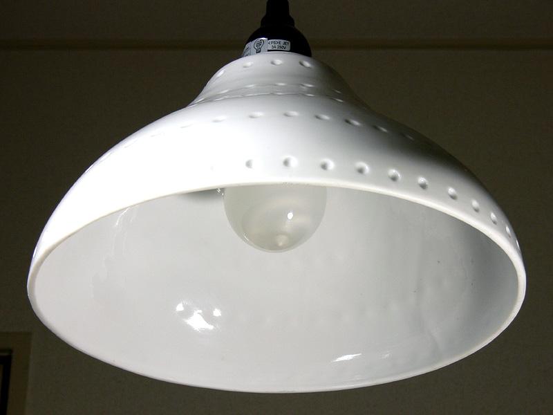 <b>【電球形蛍光灯】<br></b>電球の直径は白熱電球と同じだが、背が高いため、内側のらせん状の蛍光管が透けて見える