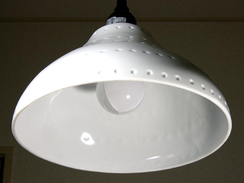<b>【E-CORE LDA11L-G】</b><br>電球の雰囲気に近いが、電球が丸見えになる器具の場合、トリプルアーチ放熱板が気になるかもしれない。放熱部はコンパクトなので、かなり奥まで覗き込まない限り見えてこない