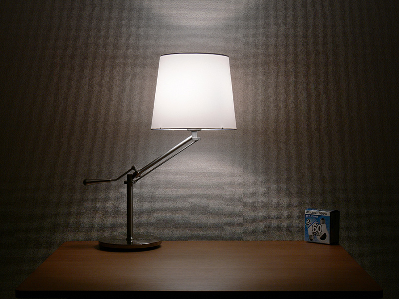 <b>【白熱電球:60W形】</b><br>シェードは中心からまんべんなく光り、シェードの上下からほぼ同じ明るさの光が漏れる印象がある