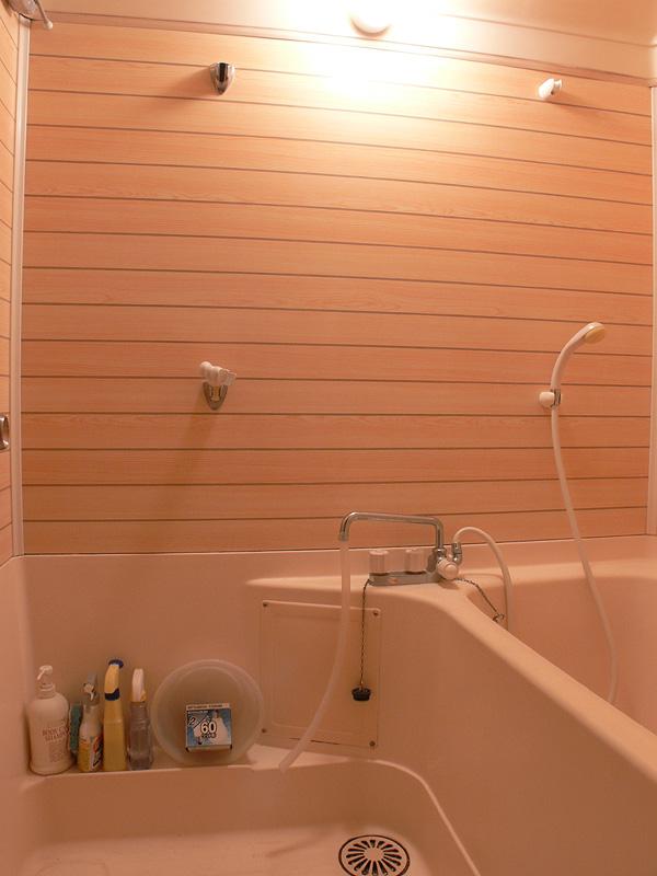 <b>【白熱電球:60W形】</b><br>浴室全体が十分に明るい