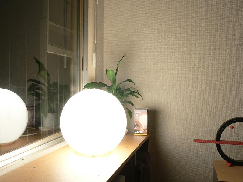 <b>【E-CORE LDA11L-G】</b><br>器具に光のムラができず均一に輝く。ただ、40W形白熱電球よりもかなり明るく、明るすぎる印象。目に触れやすいアクセントライトとしてよりも、距離を置いて全体照明の1つとして活用するのが良いだろう