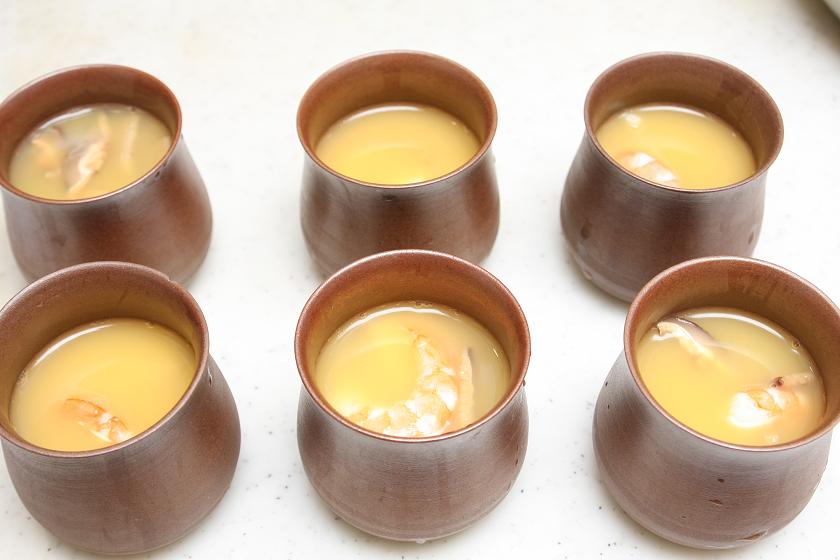 まずはダシに卵を入れて卵液を作り、6つの器にこれを入れ、具を入れて準備OK!