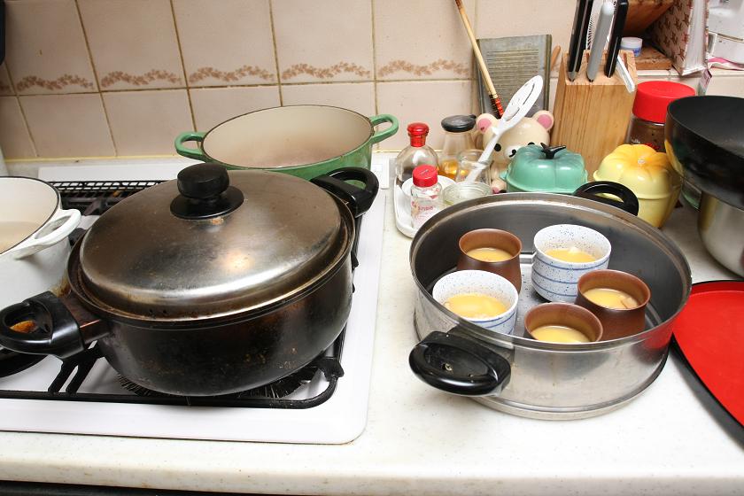 蒸し器の場合は、まず水を沸騰させるところから。これが、世のお母さんがなかなか茶碗蒸しを作ってくれない面倒なところだ
