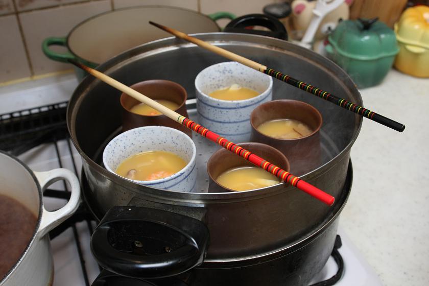 沸騰して蒸気が出たところで茶碗蒸しを蒸し器にかける。こちらには白い器が2つ追加されているが、これは僕が3つも4つも食べるため(笑)。加熱時間には影響がないので、こちらは5個で調理