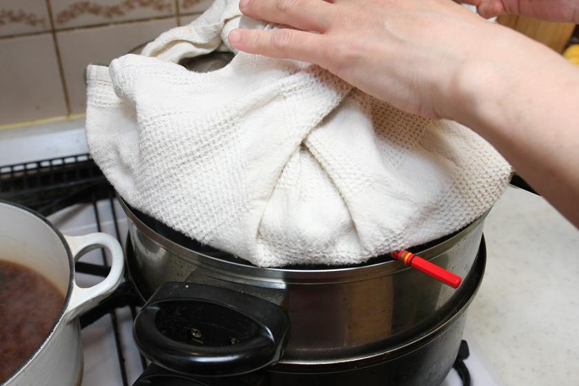 フタに付いた蒸気の水滴が茶碗蒸しの中に入らないように、布巾を被せ少し蒸気が抜けるように菜ばしを挟む。こういうチョイチョイ、細かなところが面倒なのが茶碗蒸し