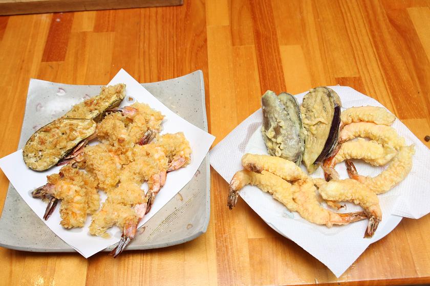 並べてみると、右側のウチで揚げた天ぷらが貧弱に見える。何も知らない人に、どっちがおいしいそう? って聞いたら、確実に天カス天ぷらに票が集まるはず
