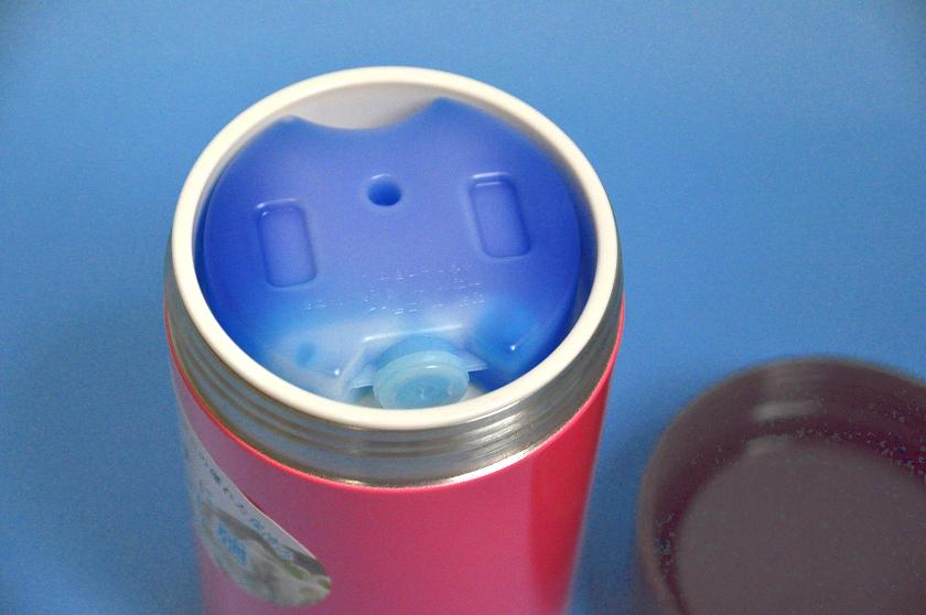 フタを開けるとすぐ蓄冷剤が見える
