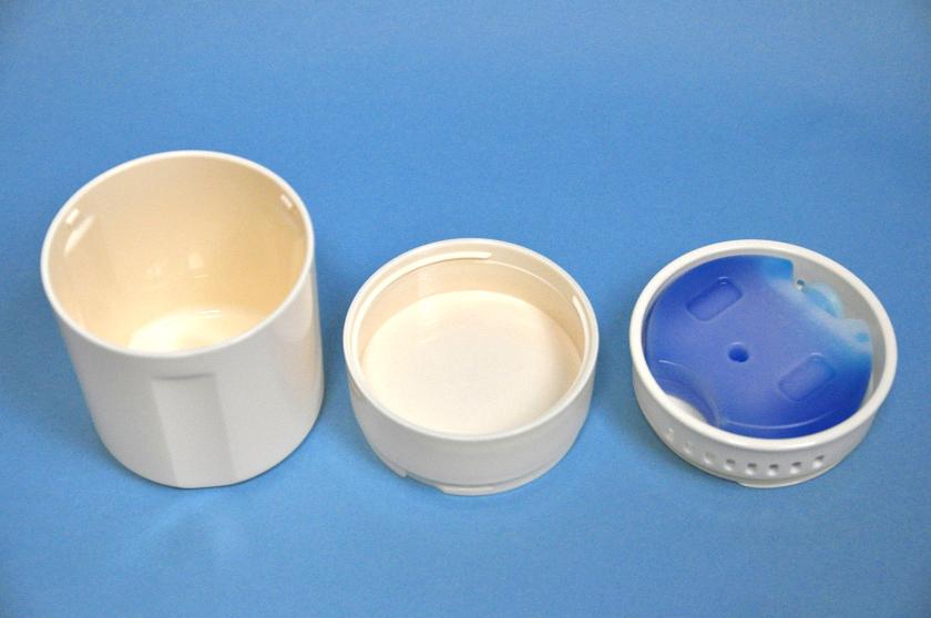 左から麺を入れる内容器、つゆ容器、蓄冷剤受け