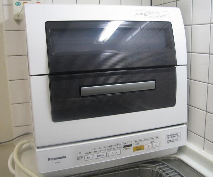 キッチンに設置したところ。本体サイズは550×343×564mm(幅×奥行き×高さ)