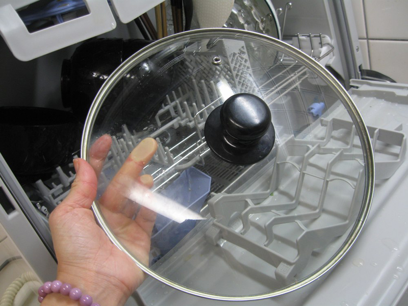 直径26cmのフライパン用のふた。下かご右側は、通常直径23cmまでのものしか入れられないため、上段右側の上かごを掛け替えるか、外して収納する