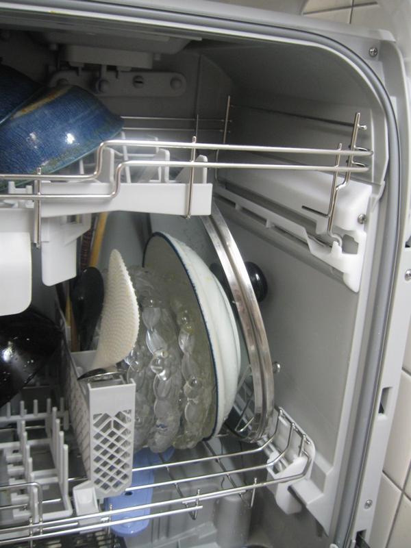 上かごを取り外せば、かなり大きめのふたや皿でも洗うことができる