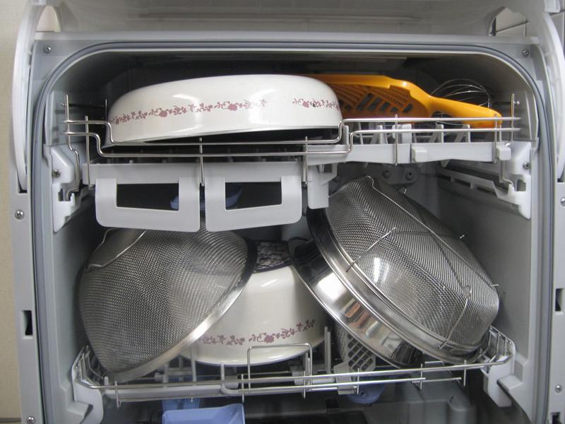 ザルやフライパン、ボウルなども入る、たっぷりした食器かご