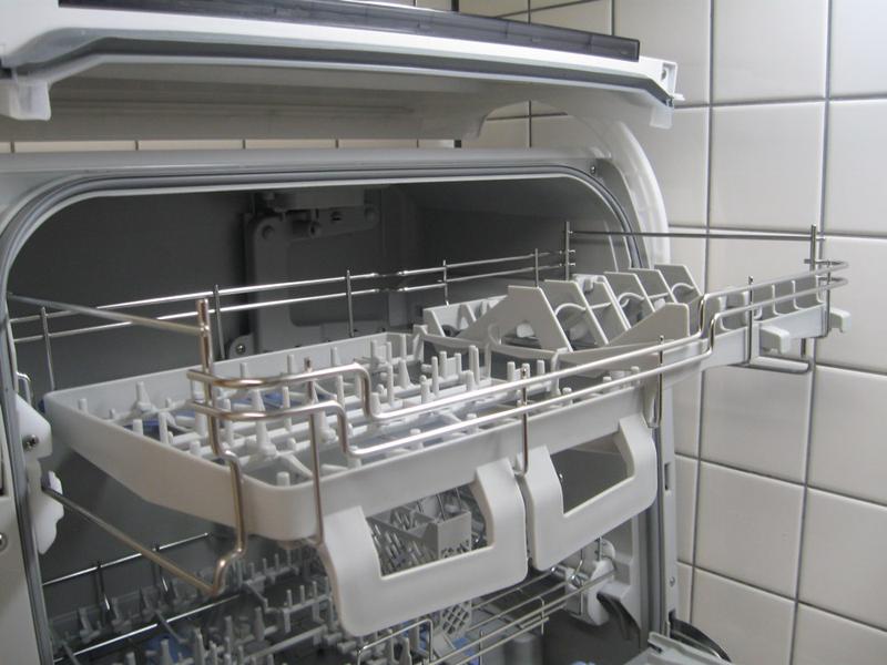 上段を引き出したところ。左側は高さ12cm以下の茶碗や小皿などに対応、右側は高さ11cm以下、直径7cm以下のコップに対応する。耐熱プラスチック容器や弁当箱もここへ入れる