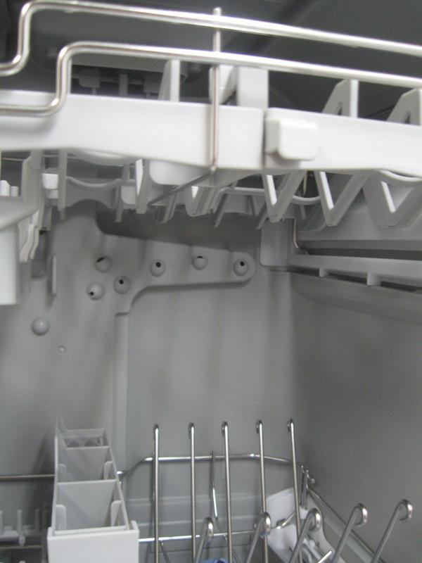 本体内部には3つの回転ノズルのほか、背面にもさまざまな方向に向いて穴があいたノズルがあり、ここから順番に水を噴射して食器を隅々まで洗う仕組みになっている