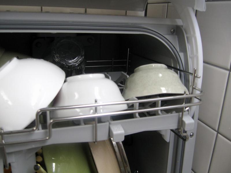 上段右側の棚に、コップやミニ小鉢を入れたところ