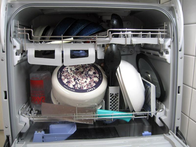 この日も夕食後、3人分の食器や鍋などを食洗機へ