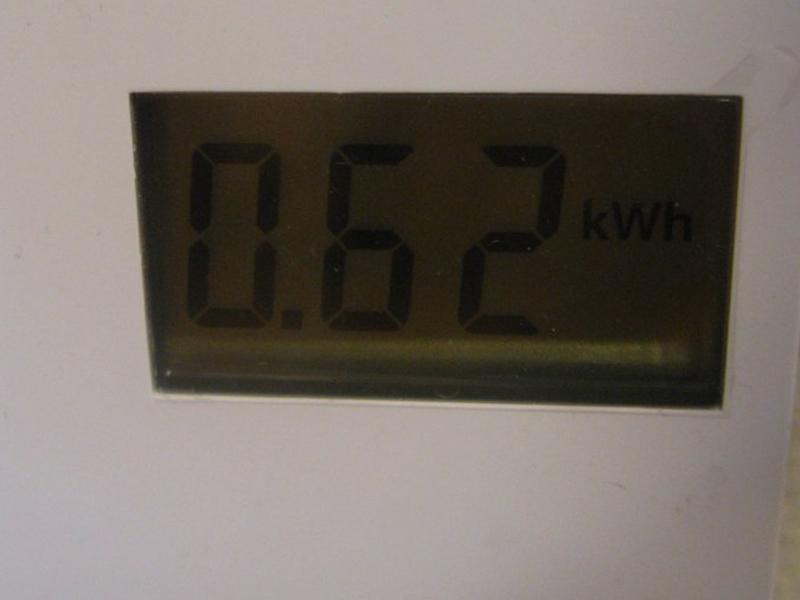 80℃すすぎが終了してブザーが鳴ったところでワットチェッカーを確認すると、消費電力は0.62kWhと表示されていた