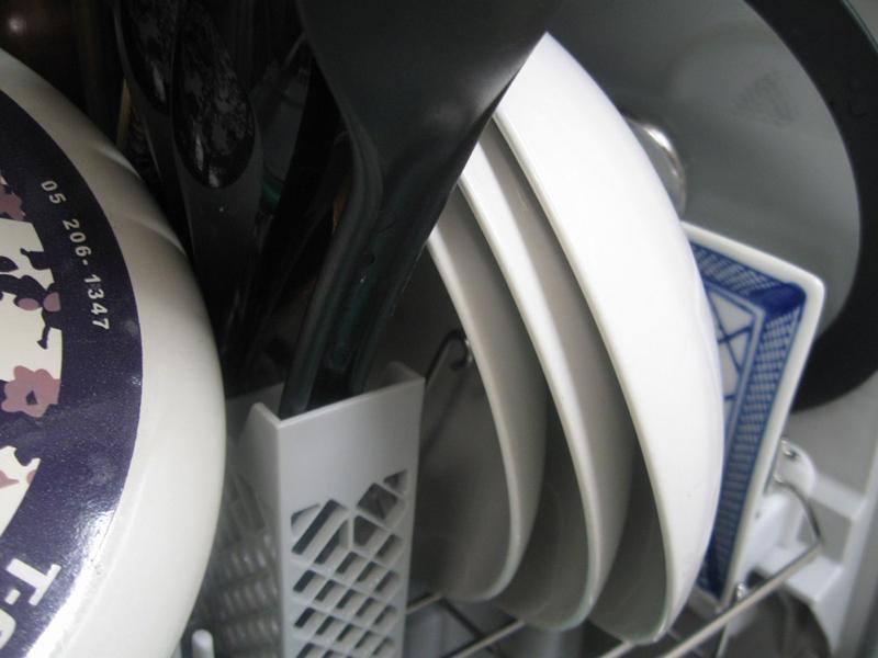 しばらくすると、濡れていた食器や鍋の水滴が蒸発し、ピカッときれいに乾いた
