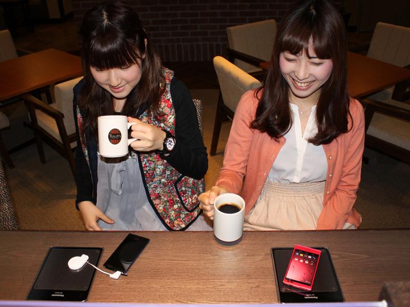 無接点充電パッドの使用イメージ。タリーズコーヒー 阪急三宮サンキタ通り店