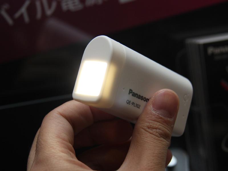 LEDライト機能を点灯しているところ。本体の出力用USBポートに接続する